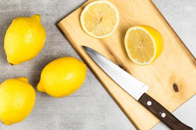 Plat leggen van citroenen op chopper en houten tafel