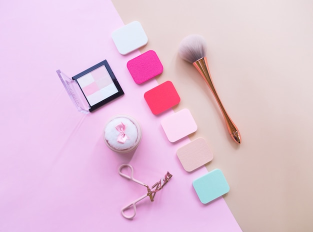 Plat leggen van cosmetische accessoires voor vrouwen.