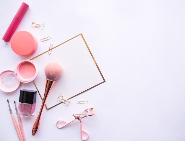 Plat leggen van cosmetische accessoires.