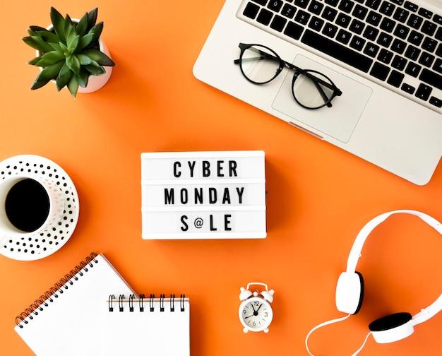 Plat leggen van cyber maandag lichtbak met laptop en koptelefoon