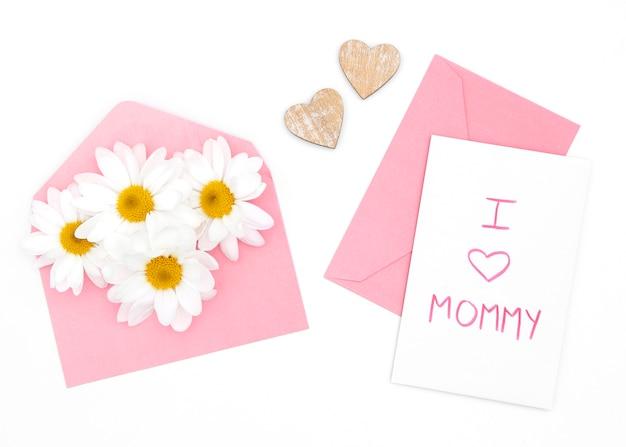 Plat leggen van daisy en envelop