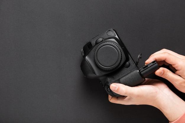 Plat leggen van de camera op zwarte achtergrond met kopie ruimte