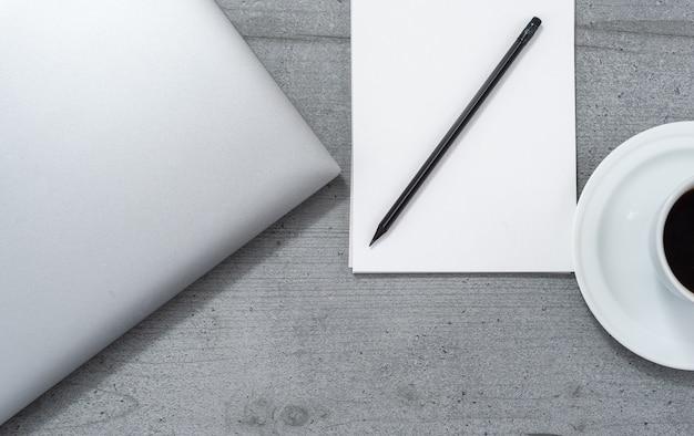 Plat leggen van de kantoorruimte met uitzicht op laptop notebook met potlood en kopje koffie.