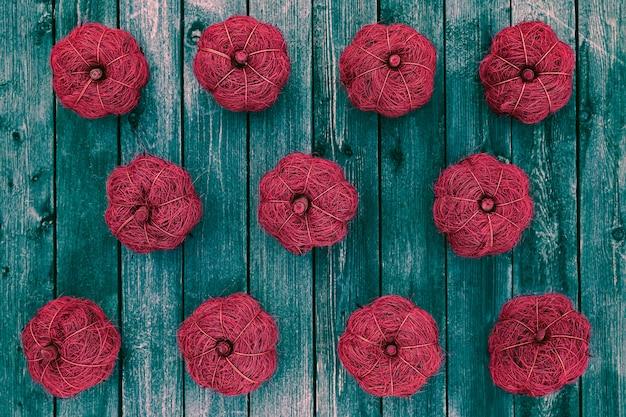 Plat leggen van decoratieve pompoenen op houten tafel, seizoen vakantie concept