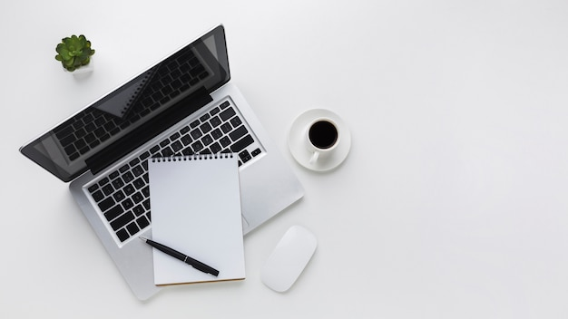 Plat leggen van desktop met laptop en muis