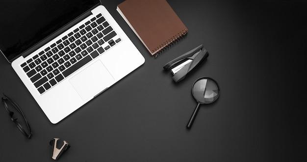 Plat leggen van desktop met laptop en vergrootglas