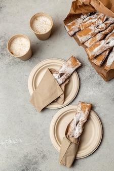 Plat leggen van dessert met poedersuiker bovenop