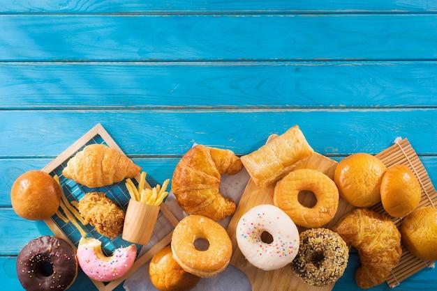 Plat leggen van diverse junkfood op snijplanken