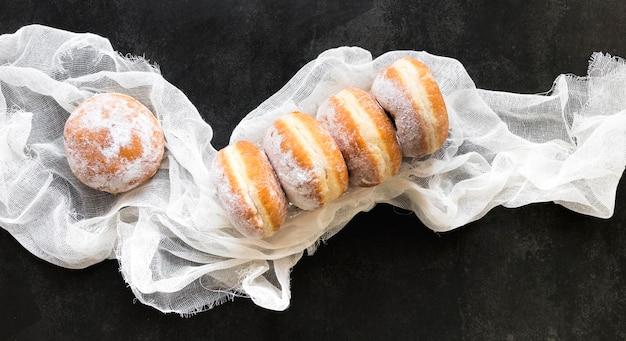 Plat leggen van donuts met stof