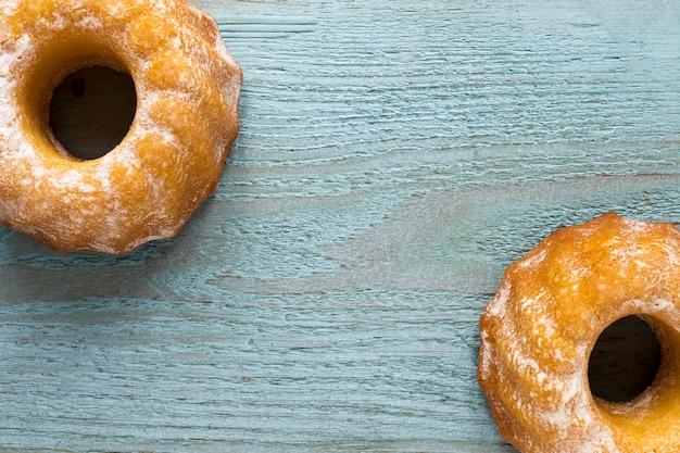 Plat leggen van donuts op houten oppervlak