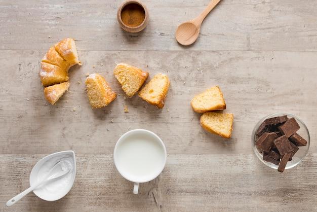 Plat leggen van donutstukken met melk en chocolade