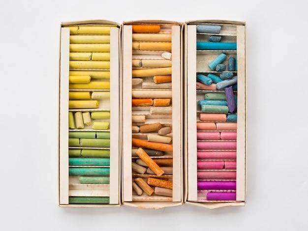 Plat leggen van doos met kleurrijk krijt