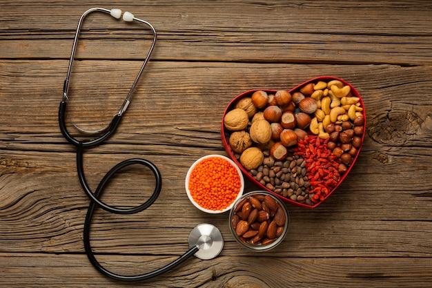 Plat leggen van doos met noten en stethoscoop