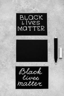 Plat leggen van drie kaarten met zwarte levensmaterie en pen