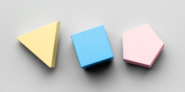 Plat leggen van drie minimalistische geometrische figuren