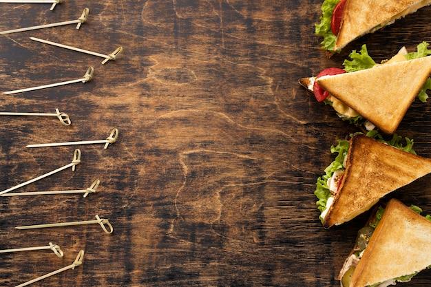 Plat leggen van driehoekige sandwiches met kopie ruimte