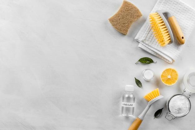 Plat leggen van eco-vriendelijke schoonmaakproducten collectie met borstels en kopieer ruimte
