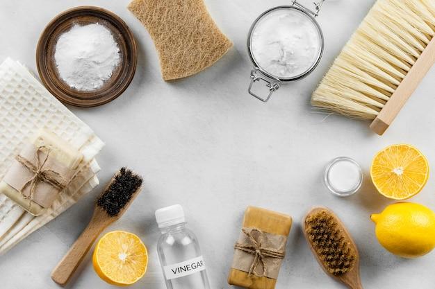 Plat leggen van eco-vriendelijke schoonmaakproducten collectie met zeep en citroenen