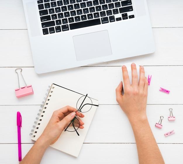 Plat leggen van eenvoudig bureau met roze benodigdheden