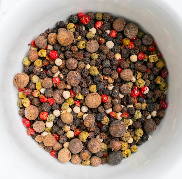 Plat leggen van eenvoudige verzameling van kruiden op het kleurrijke oppervlak, droogvoer