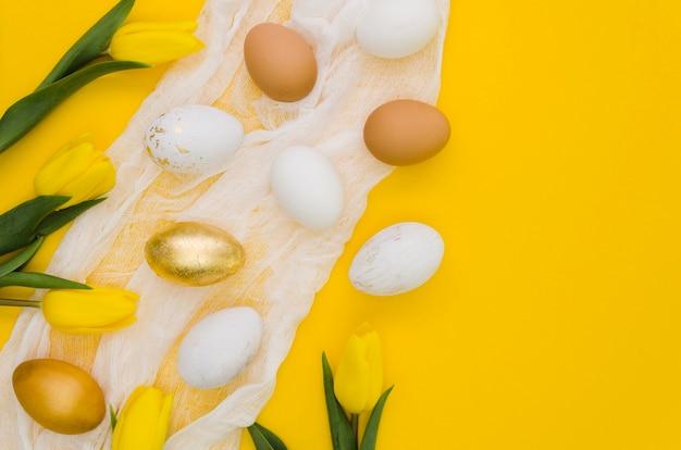 Plat leggen van eieren met tulpen voor pasen