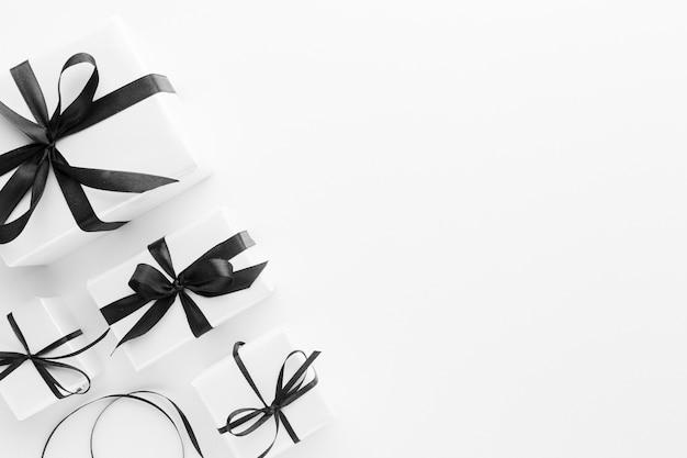 Plat leggen van elegante geschenken met kopie ruimte