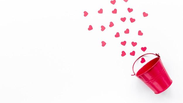 Plat leggen van emmer met harten en kopie ruimte