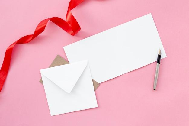 Plat leggen van envelop met pen en lint
