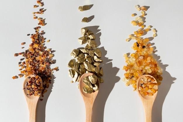 Plat leggen van epiphany dag rozijnen en stenen in houten lepels