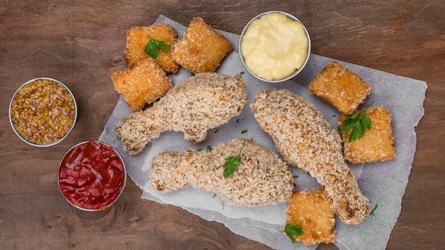 Plat leggen van gebakken kippenpoten met verschillende soorten saus