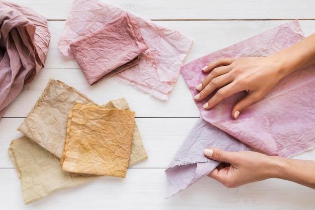 Plat leggen van gekleurde doeken met natuurlijke pigmenten