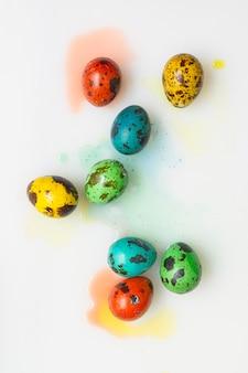 Plat leggen van gekleurde eieren voor pasen
