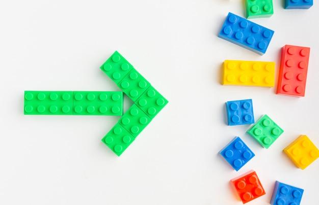 Plat leggen van gekleurde speelgoed pijlen