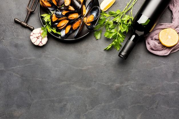 Plat leggen van gekookte mosselen met kopie ruimte