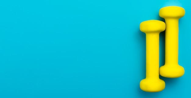 Plat leggen van gele gewichten met kopie ruimte