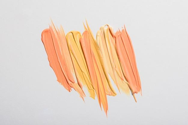 Plat leggen van gele verf penseelstreken