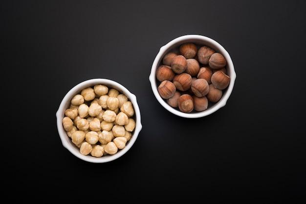 Plat leggen van gemengde noten in kommen