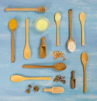Plat leggen van geneeskrachtige kruiden en specerijen in lepels