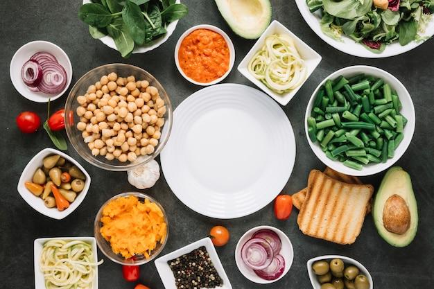 Plat leggen van gerechten met sperziebonen en avocado