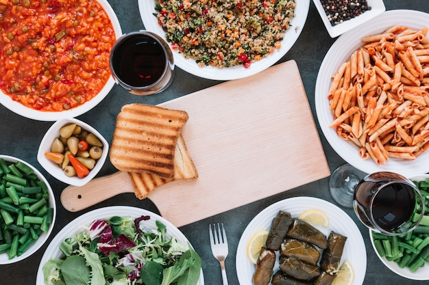 Plat leggen van gerechten met wijn en pasta