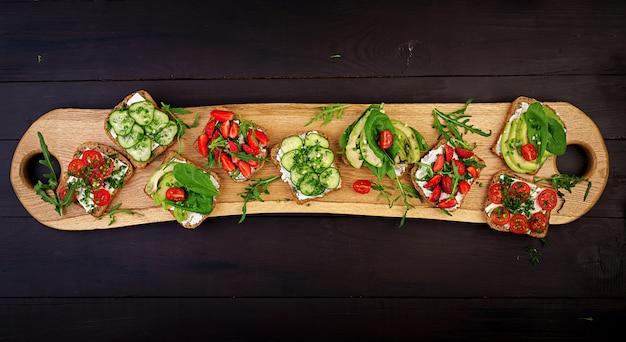 Plat leggen van gezonde vegetarische eettafel instelling