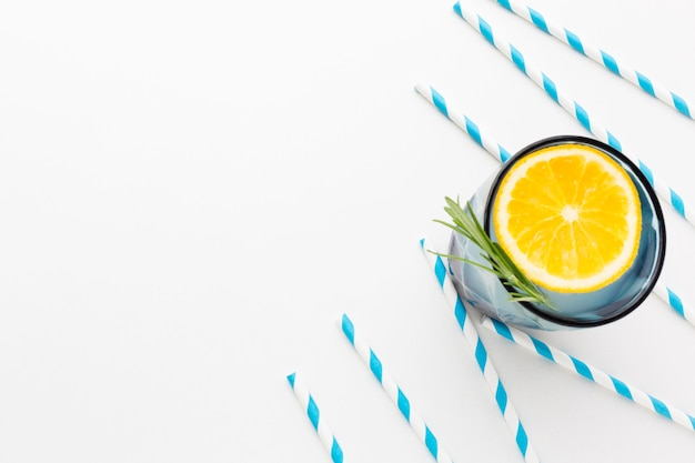 Plat leggen van glas met schijfje citroen en frisdrank