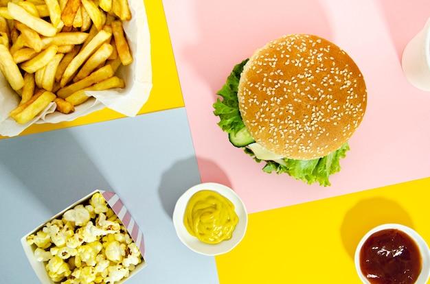 Plat leggen van hamburger met popcorn