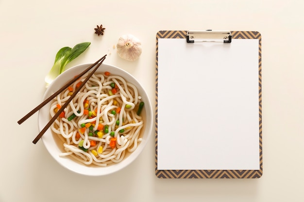 Plat leggen van heerlijk eten concept met kopie ruimte