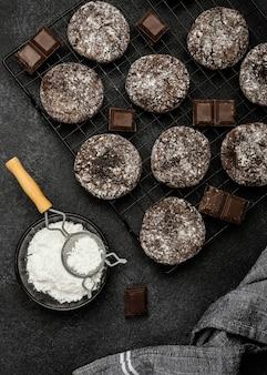 Plat leggen van heerlijke chocoladekoekjes met poedersuiker