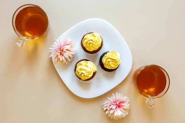 Plat leggen van heerlijke cupcakes concept
