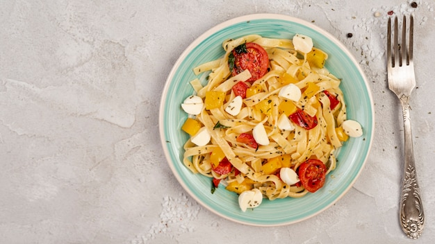 Plat leggen van heerlijke italiaanse pasta op effen achtergrond