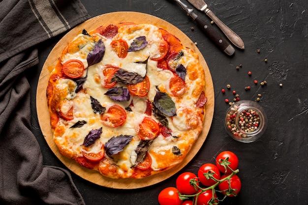 Plat leggen van heerlijke pizza concept