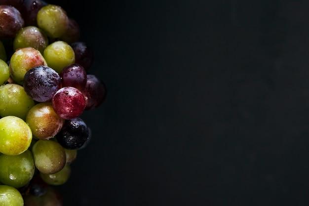 Plat leggen van herfst druiven met kopie ruimte