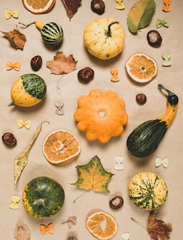Plat leggen van herfstdetails op ambachtelijk papier